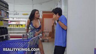 Milf jager neukt Luna in de supermarkt