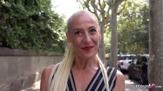 Blonde mature stoot neukt voor geld
